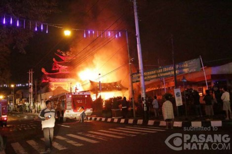 FIRE broke out at the Liong Hok Bio, a Chinese temple located in downtown Magelang, Central Java, early dawn on Wednesday (July 16, 2014) about 01.25 AM. Image courtesy of pasangmata.detik.com